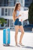 Первый раз в Европ-портрете красивой девушки с чемоданом Стоковая Фотография RF