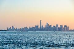 Первый свет над более низким Манхаттаном, NYC, США стоковое изображение rf