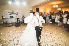 Первый танец свадьбы пар новобрачных в ресторане Стоковые Изображения RF