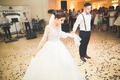 Первый танец свадьбы пар новобрачных в ресторане Стоковая Фотография