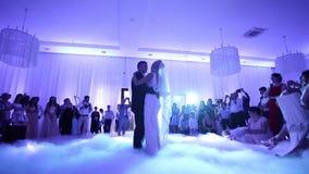 Первый танец стильных пар свадьбы Красивый выхольте и элегантная невеста в ресторане видеоматериал