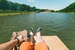 Первый человек взгляда персоны на lookin пар на озере Стоковое Фото