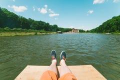 Первый человек взгляда персоны на lookin пар на озере Стоковое Изображение RF