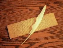 Пергамент и quill пера для записи на деревянном столе Стоковая Фотография
