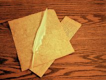 Пергамент и quill пера для записи на деревянном столе Стоковые Фото
