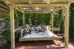 Пергола тряся кровати Кровать сада с подушками Стоковая Фотография RF