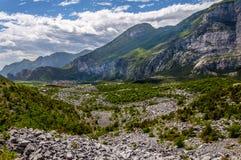 Перевал и город в Альпах стоковое изображение rf
