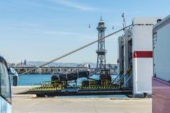 Перевезите идти на грузовиках в владение грузового корабля Стоковые Изображения RF