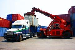 Перевезите контейнер на грузовиках крана к трейлеру, депо Вьетнама стоковые изображения