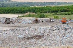 Перевезите работу на грузовиках в месте захоронения отходов при птицы ища еда Отброс на сбросе города Загрязнение почвы над предо Стоковое фото RF