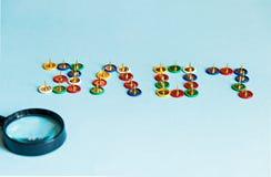 Перевернутая влюбленность слова от собрания штырей кнопок канцелярских принадлежностей пестротканых под темой влюбленности увелич Стоковое фото RF