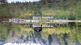Перевернутый - кабина озером, с цветами стоковые фото