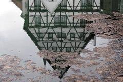 Перевернутый дом в лужице Стоковое Изображение