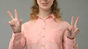 Переводчик языка жестов говоря kwanzaa показывая слова в asl, консультации, помощи сток-видео
