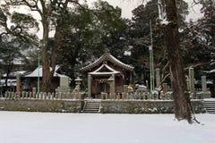 Перевод: ` Святыни Uchino Oimatsu ` в Iizuka, Фукуоке, Японии, во время снега Стоковая Фотография