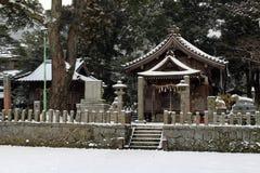 Перевод: ` Святыни Uchino Oimatsu ` в Iizuka, Фукуоке, Японии, во время снега Стоковые Фото