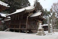 Перевод: Перевод: ` Святыни Uchino Oimatsu ` в Iizuka, Фукуоке, Японии, во время снега Стоковое Фото
