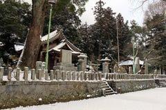 Перевод: ` Святыни Uchino Oimatsu ` в Iizuka, Фукуоке, Японии, во время снега Стоковые Фотографии RF