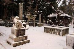 Перевод: ` Святыни Uchino Oimatsu ` в Iizuka, Фукуоке, Японии, во время снега Стоковые Изображения