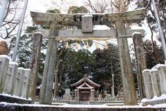 Перевод: ` Святыни Uchino Oimatsu ` в Iizuka, Фукуоке, Японии, во время снега Стоковая Фотография RF