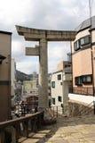 Перевод: ` Строб одн-шагающего ` torii синтоистский должный к взрывать стоковая фотография rf