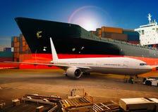 Перевозимый самолетами груз, товары загрузки транспортного самолета торгуя в contai авиапорта стоковое изображение rf