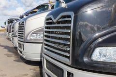 Перевозит mack на грузовиках Стоковое Изображение