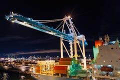 Перевозка, доставка, доставка, снабжение, товар Морской порт контейнера с грузовыми контейнерами, кранами на ноче стоковая фотография rf