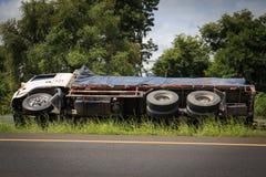 Переворачиванная авария тележки на дороге шоссе Стоковые Изображения