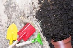 Переворачиванные цветочный горшок и садовничая инструменты стоковая фотография rf
