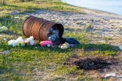Переворачиванный бочонок с отбросом, разбросанный отброс, отходы, трассировки ямы костра на банке резервуара стоковое изображение rf