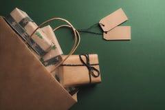 Переворачиванный бумажный мешок вполне подарков стоковые фото