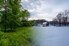 Переводите фото от лета к зиме амбара и деревьев в поле Стоковое Фото