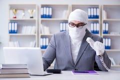 Перевязанный работник бизнесмена работая в офисе делая paperwor Стоковые Фотографии RF