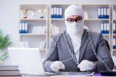 Перевязанный работник бизнесмена работая в офисе делая paperwor Стоковая Фотография
