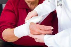 Перевязывать большого пальца руки Стоковые Фотографии RF
