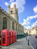 Переговорные будки старого стиля великобританские большой церковью St Mary в городе университета Кембриджа Великобритании Стоковое Изображение RF