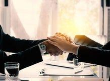 переговоры и концепция успеха в бизнесе, бизнесмены тряся h Стоковые Изображения RF