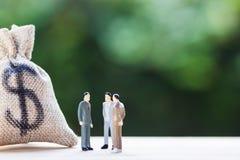 Переговоры финансовых инвестиций, обсуждение среди главного исполнительного директора или исполняют стоковая фотография