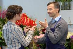 Переговор в цветочном магазине стоковая фотография rf