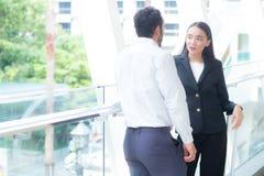 Переговор делового партнера коммерсантки говоря стоящий о работе Стоковые Фото