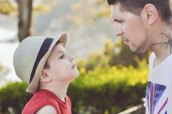 Переговор между сыном его отца, эмоциональные отношения в семье Стоковые Изображения