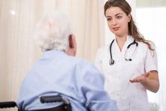 Переговор медсестры и пациента стоковое фото rf