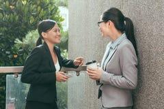 Переговор партнера женщин совместно стоковое фото rf
