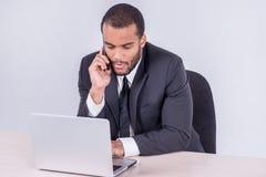 Переговор с клиентом Усмехаясь африканское sittin бизнесмена Стоковое Фото