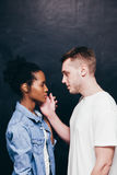 Переговор человека и женщины важный, серьезная беседа стоковые изображения rf