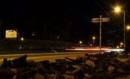 Переговор людей луны ночи играет главные роли штиль безмолвия деревьев автобусной остановки леса неба Стоковые Фото