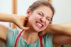 Перегружанная женщина страдая от боли шеи Стоковые Фото