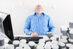 Перегружанный бизнесмен выпивает слишком много кофе Стоковое Фото