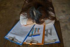 Перегружанный работник падает уснувший на отчетах о крайнего срока Стоковое Изображение RF